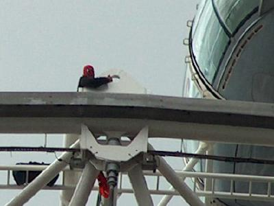 Wheel Bearing In Spanish >> Fathers' rights protester scales London Eye [11 September ...