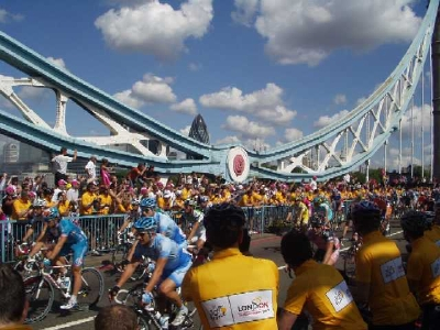 The peloton crosses Tower Bridge (Picture by forum