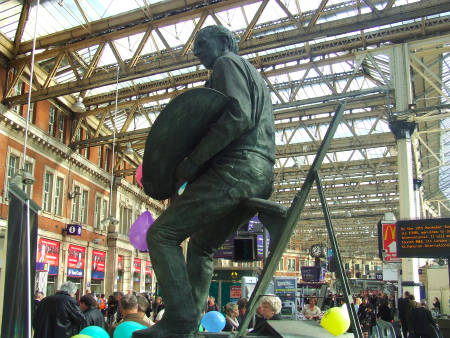 Terence Cuneo sculpture at Waterloo