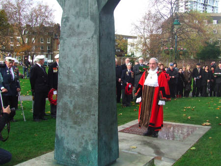 Mayor of Southwark Cllr Bob Skelly lays a wreath a
