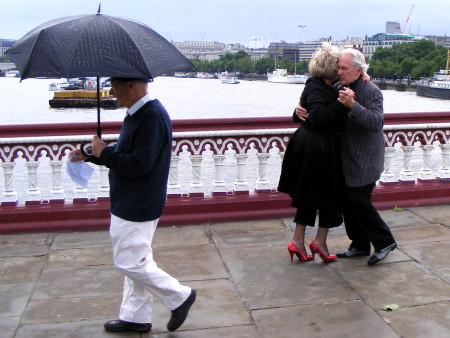 Members of Che Tango on Blackfriars Bridge