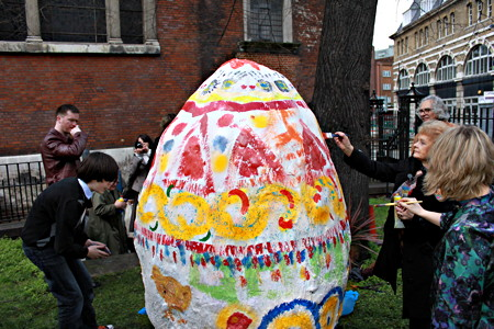 Giant Easter egg appears in Borough churchyard [9 April 2010]
