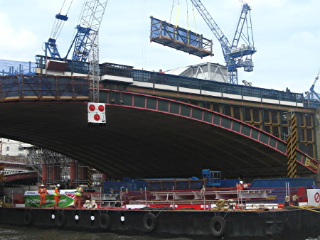 Network Rail chooses Thames barges over lorries for Blackfriars project