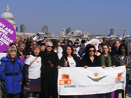 Annie Lennox releases doves from Millennium Bridge