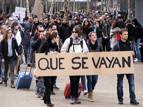 Young Spaniards hold protest on Millennium Bridge