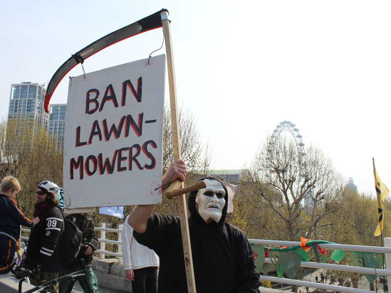 Environmental protesters block Waterloo Bridge